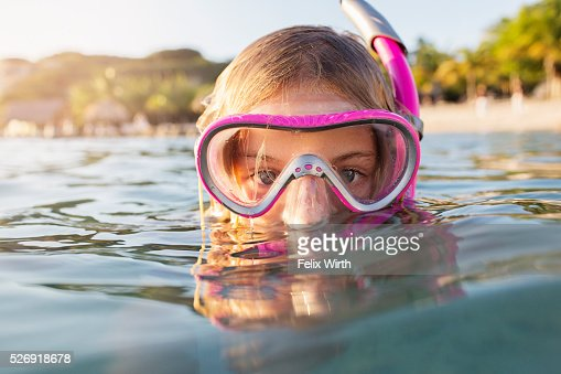 Young woman diving in sea : Foto de stock