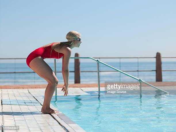 Jeune femme plongée dans la piscine