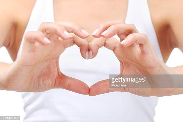 Jeune femme de faire un coeur