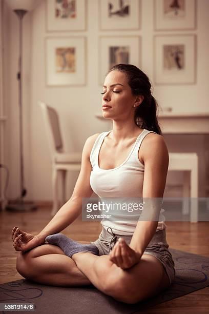 Junge Frau tun Atemübungen mit Ihren Augen geschlossen.