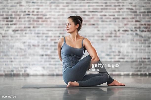Giovane donna facendo Yoga meditazione e gli esercizi di Stretching