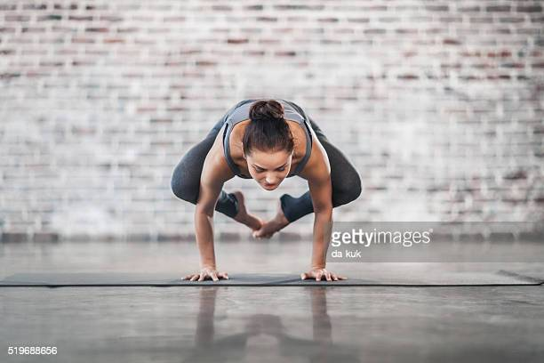 Jovem mulher a fazer exercícios de ioga meditação e alongamentos mais leves
