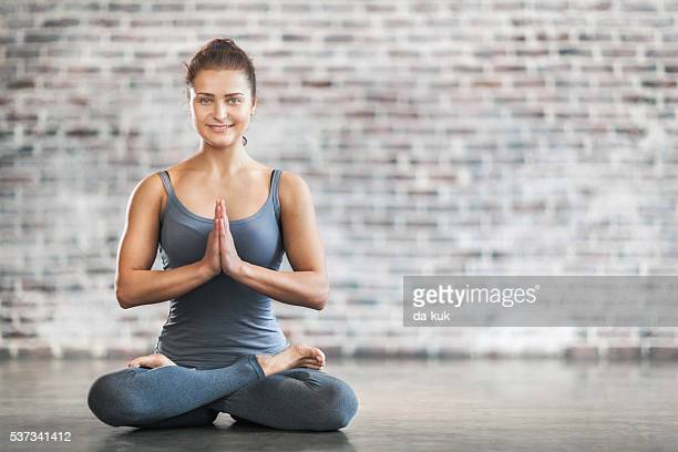 Jeune femme faisant Yoga méditation exercice. Posture du Lotus