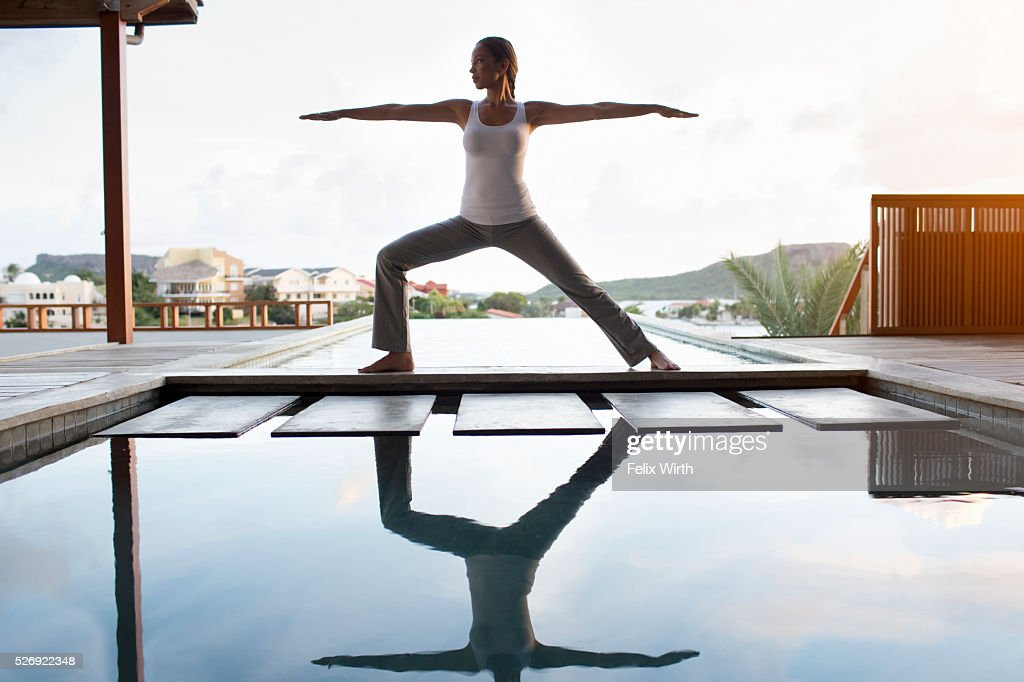 Young woman doing yoga on patio : Foto stock