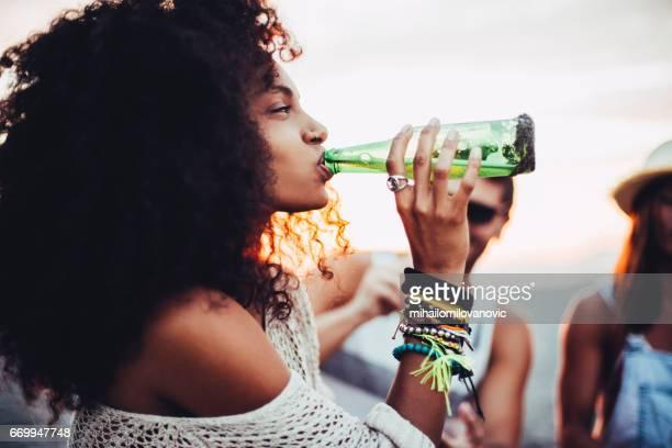 Jeune femme buvant de la bière