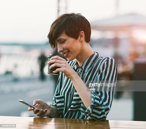 Junge Frau trinken Kaffee Im der Stadt