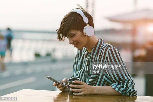 Jeune femme buvant un café dans la ville
