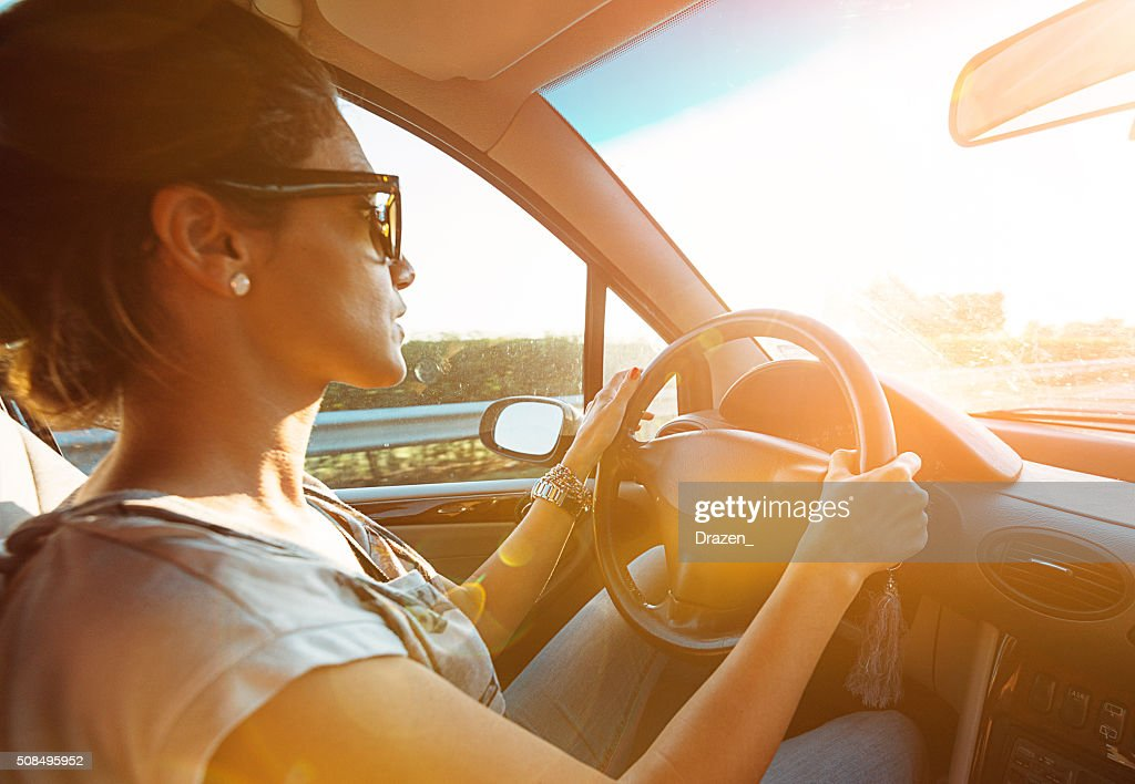若い女性駆動車で疾走 highway 夏の : ストックフォト
