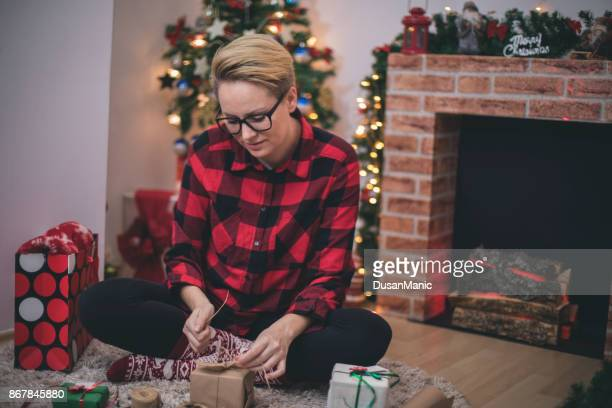 Junge Frau bei Vorbereitungen für Weihnachten zu Hause