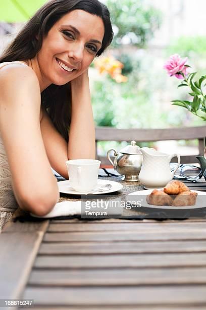 Junge Frau Essen Frühstück.