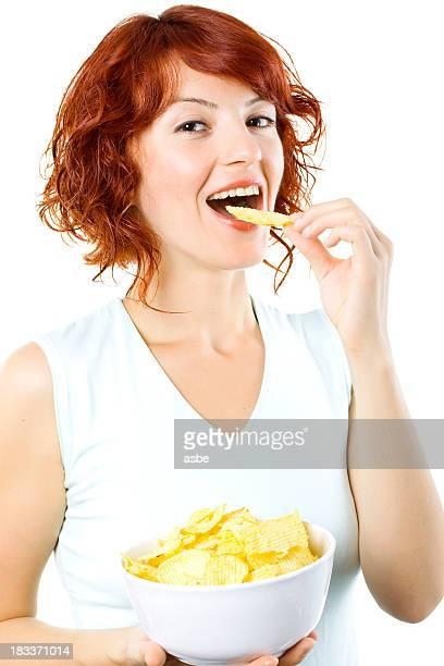Jeune femme manger des Chips