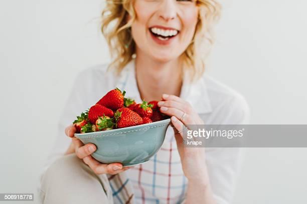 Junge Frau Essen Erdbeeren