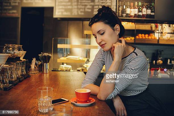 若い女性、コーヒーブレイクをお楽しみいただけます。