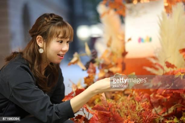 1 階のホールで人工の秋を楽しんでいる若い女性