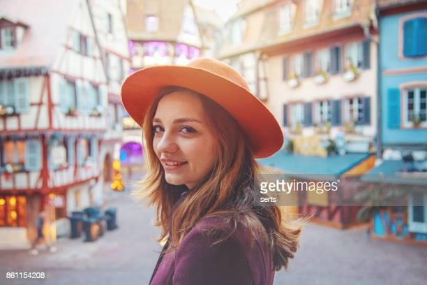 コルマール、フランスでクリスマスを楽しんでいる若い女性