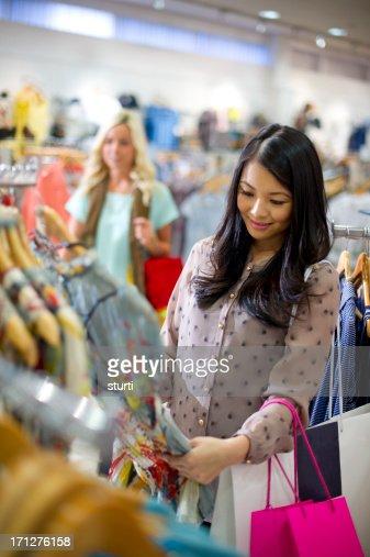 Young woman enjoying clothes shopping : Stockfoto