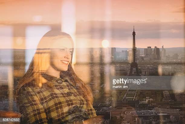 若いを楽しむ女性パリでのサンセット