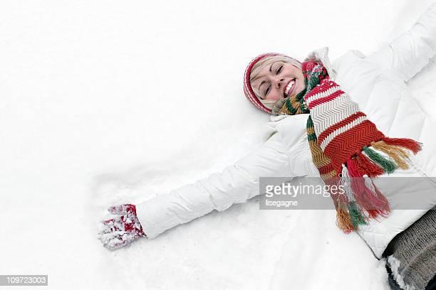 Jeune femme appréciant l'hiver
