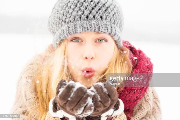 Junge Frau genießen winter