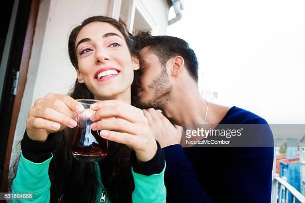 若い女性はキスで、首
