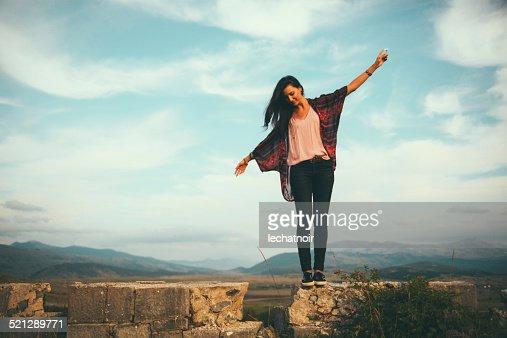 Jeune femme aime le superbe cadre en plein air