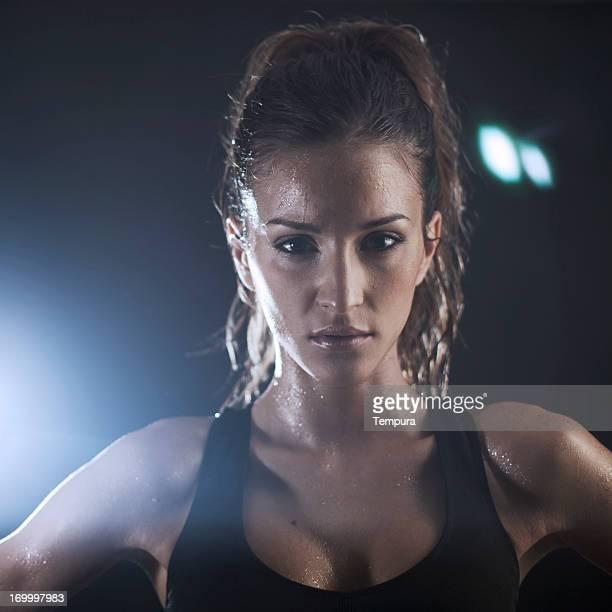 Junge Frau exercicing im Fitnessraum