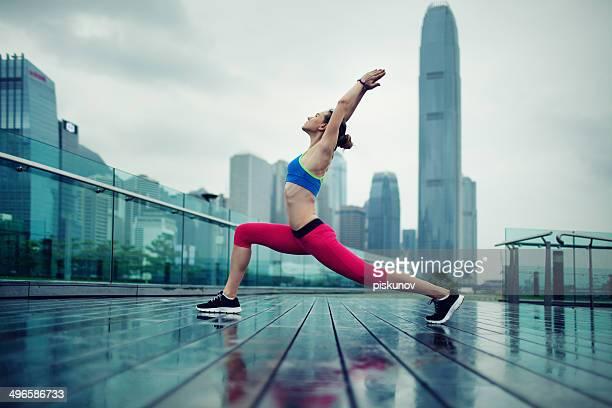 Giovane donna esercizio all'aperto