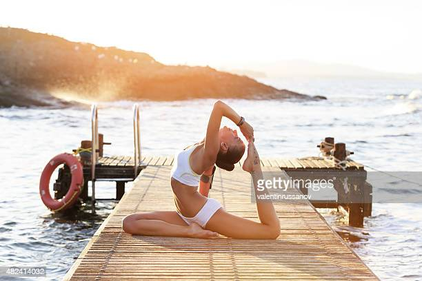 Jeune femme exercice yoga