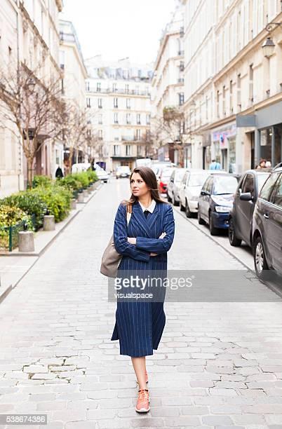 Jeune femme boutique rues à la découverte