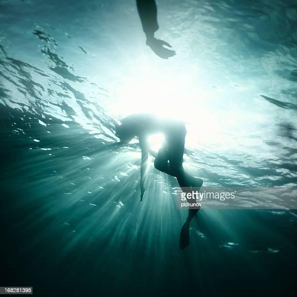 Giovane donna caduta in acqua profonda