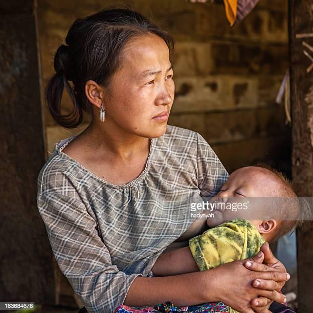 Junge Frau aus dem the hill tribe stillen Ihr baby