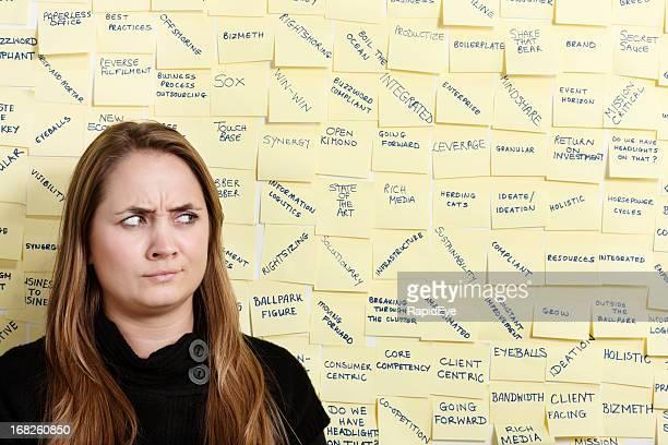 Jeune femme d'affaires, fronce les sourcils de masse termes en vogue à repasser