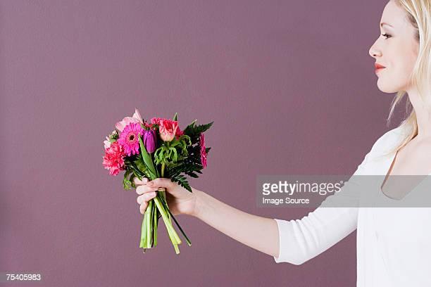Junge Frau, die Blumen