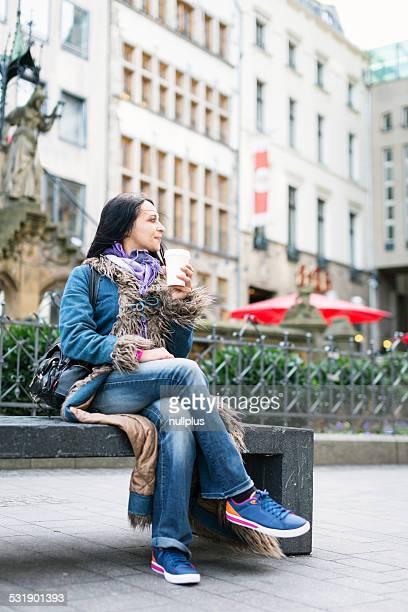 Junge Frau trinken eine Tasse Kaffee