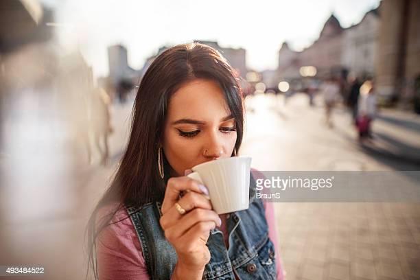 Junge Frau mit einem espresso-Kaffee im Freien.