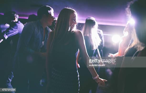 Jeune femme s'amuser danser au parti du club