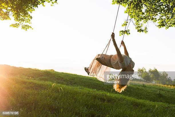 Junge Frau Spaß schwingen im Sonnenlicht