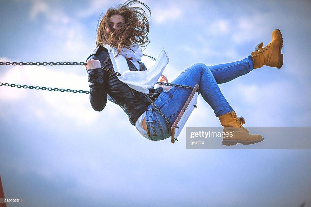 Jeune femme s'amuser se balancer sur une belle journée de printemps : Photo