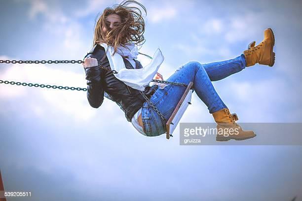 Junge Frau Spaß Schaukeln auf einer Feder sonnigen Tag