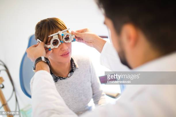 Jeune femme ayant ses yeux examinés par un optométriste.