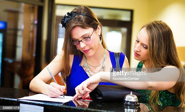 Junge Frau hilft Ihrem Freund sich im hotel