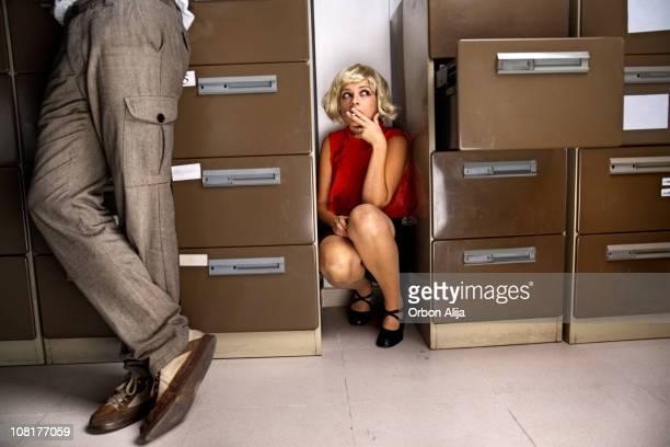 Mulher jovem fumar entre ocultar e classificadores