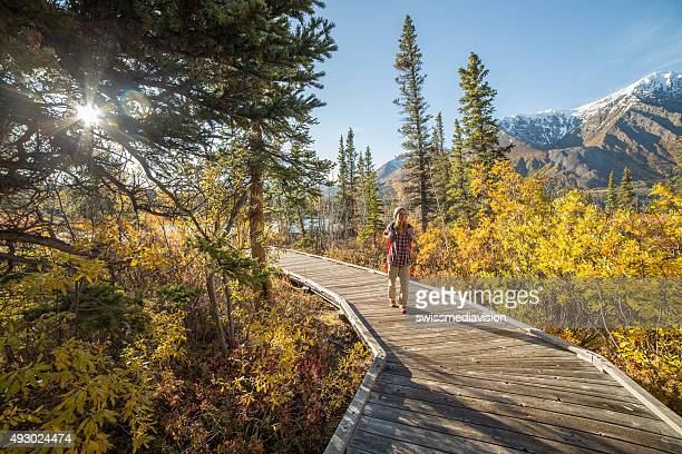 Junge Frau Wandern im Herbst