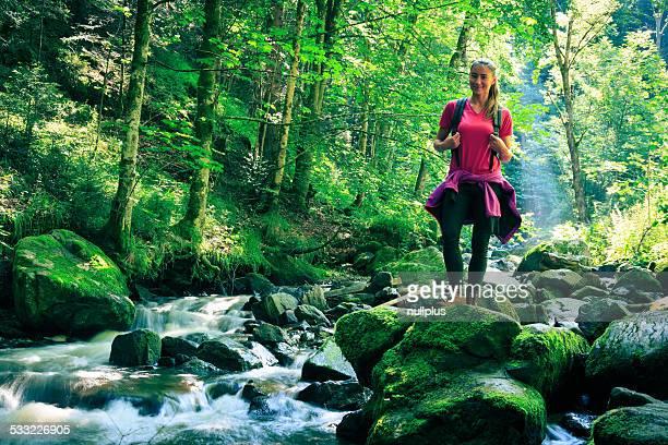 Jeune femme dans la forêt de randonnée