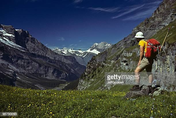 Junge Frau Wandern in den Schweizer Alpen