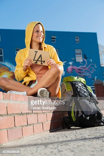 Young woman hitchhiking to Los Angeles : Foto de stock