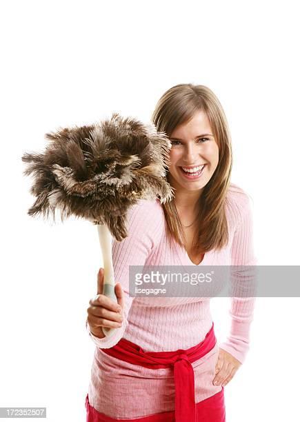 Junge Frau mit einem Staubwedel