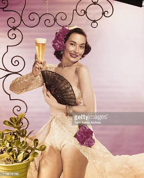 若い女性保持ビアグラス、扇子、笑顔、portra
