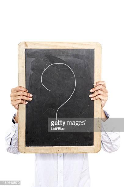 Jeune femme tenant vide tableau noir devant le visage