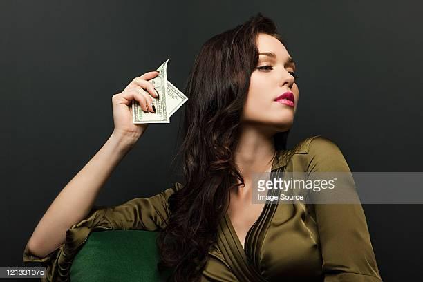 Jeune femme tenant dollar bills